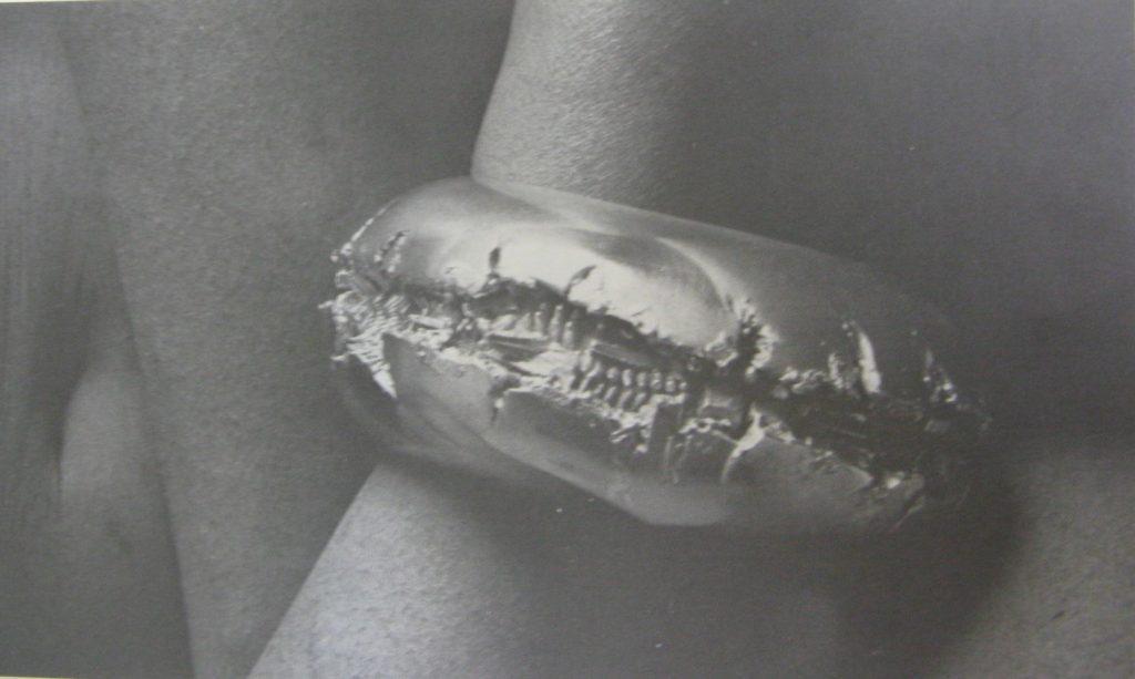آیا طراحی جواهرات، یک مدیوم مستقل بیان هنری است؟ سیر تحول جواهرسازی از یک هنرکاربردی به یک هنرمحض در نیمه دوم قرن 20