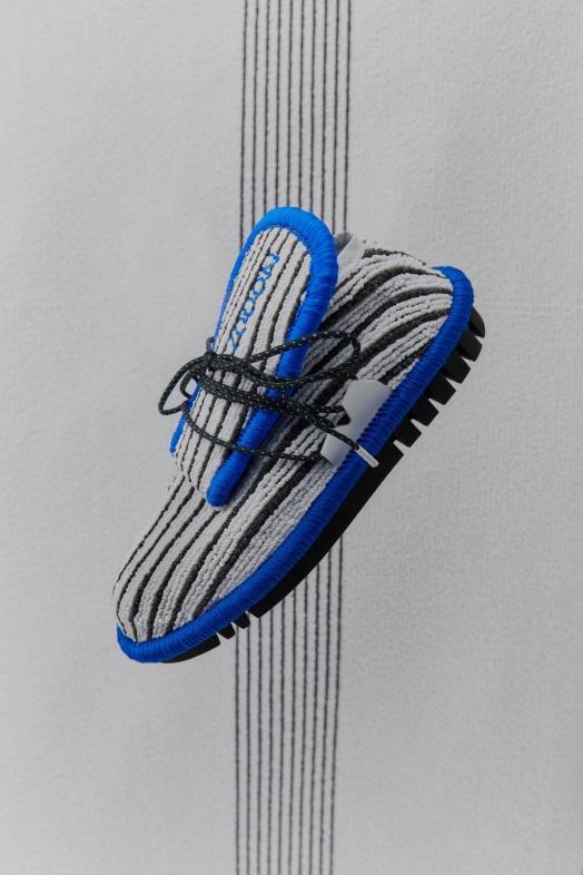 طراح هلندی از تکنیک و مواد به کار رفته در فضای داخلی ماشین برای طراحی کفش استفاده نمود.