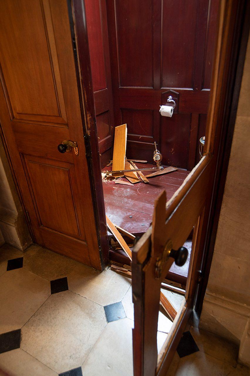 یک اثر هنری که توالتی فرنگی از جنس طلا میباشد، در یک نمایشگاه انفرادی واقع در کاخ بلنهایم ربوده شده است.